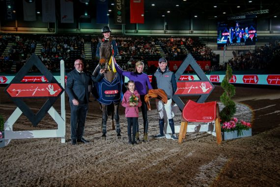 Selleria Equipe Goldener Sattel 2020 to Natalia Stecher